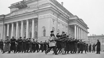 Всеобщее военное обучение жителей на площади у Александринского театра. Ленинград, октябрь 1941 года