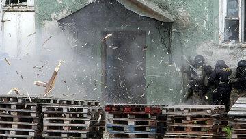 Сотрудники ФСБ отрабатывают действия по освобождению захваченного террористами здания
