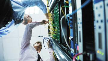Инженеры в серверной комнате. Архивное фото