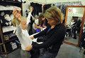 Мама выбирает одежду для дочери