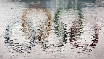 Отражение олимпийских колец в воде. Архивное фото