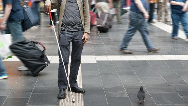 Слепой человек во время прогулки. Архивное фото