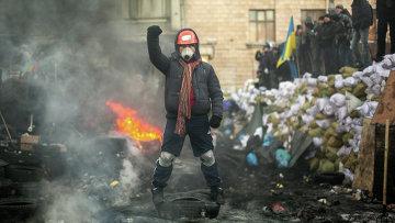 Оппозиционеры на баррикаде на улице Грушевского в Киеве. Архивное фото