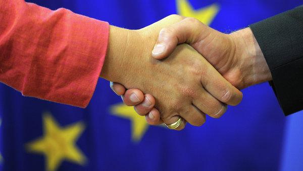 Рукопожатие на фоне флага Евросоюза