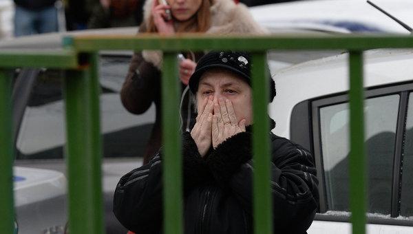 Родители учеников московской школы № 263, куда проник вооруженный старшеклассник - учащийся школы. Архивное фото