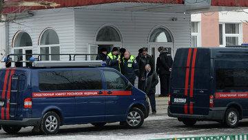 Сотрудники следственного комитета России и полиции возле московской школы № 263, куда проник вооруженный старшеклассник - учащийся школы. Архивное фото