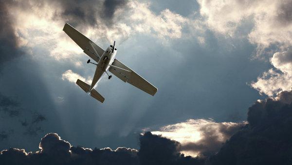 Легкомоторный самолет в небе. Архивное фото
