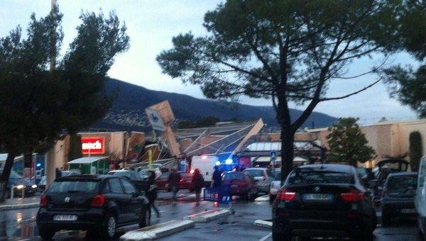Часть крыши обрушилась в супермаркете в пригороде Ниццы. Фото с места события
