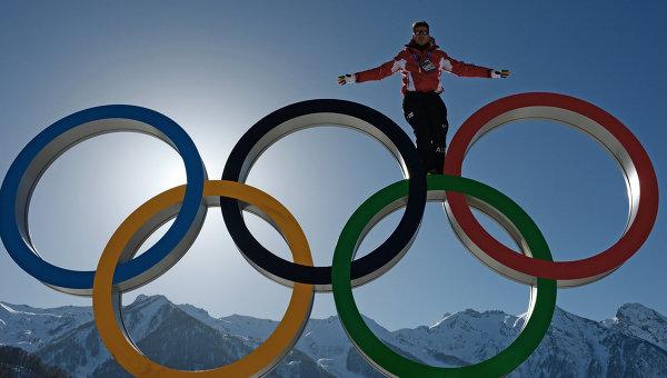 Олимпийские кольца в Главной горной Олимпийской деревне в Сочи. Архивное фото