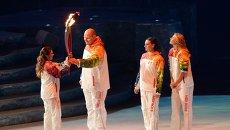 Факелоносцы Алина Кабаева, Александр Карелин, Елена Исинбаева и Мария Шарапова (слева направо) в финальном этапе эстафеты Олимпийского Огня на церемонии Олимпийского огня XXII зимних Олимпийских игр