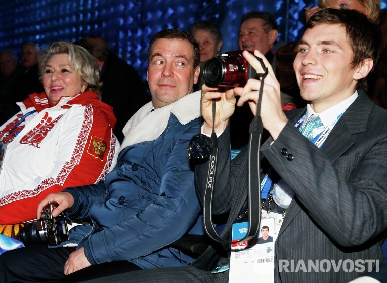 Председатель правительства России Дмитрий Медведев наблюдал за церемонией в компании тренера по фигурному катанию Татьяны Тарасовой.