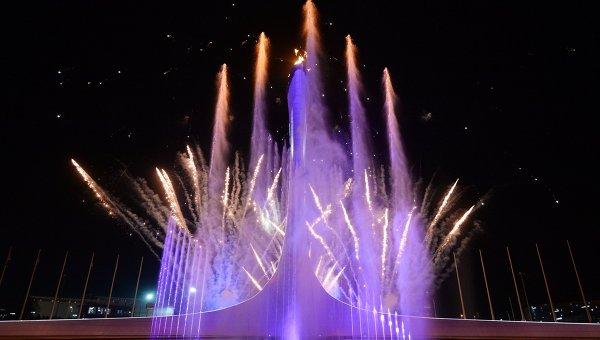 Зажжение чаши Олимпийского огня на Медальной площади во время церемонии открытия XXII зимних Олимпийских игр.