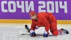 Вячеслав Войнов во время тренировки сборной России по хоккею. Архивное фото