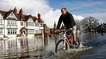 Подтопление из-за высокого уровня воды в Темзе в Великобритании
