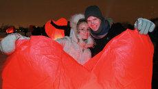 Запуск небесных фонариков, посвященный Дню Святого Валентина в Новосибирске, архивное фото