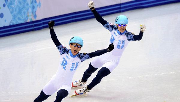Виктор Ан и Владимир Григорьев (Россия) радуются победе в финальном забеге на 1000 метров в соревнованиях по шорт-треку среди мужчин. Фото с места события