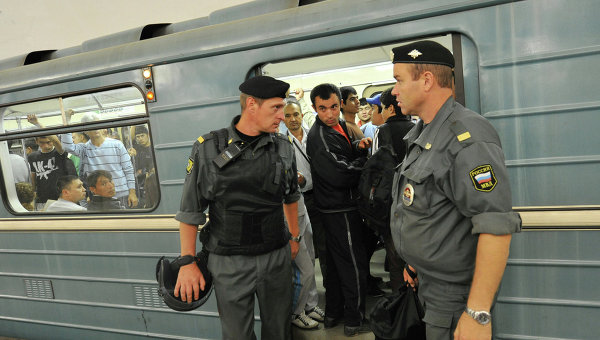 Сотрудники полиции обеспечивают безопасность в московском метрополитене. Архивное фото