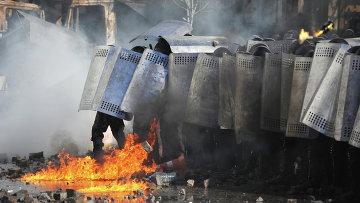 Сотрудники милиции во время столкновений с оппозицией в центре Киева