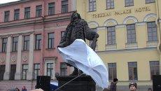 Полотно с памятника улыбающемуся Трезини сняли в Петербурге