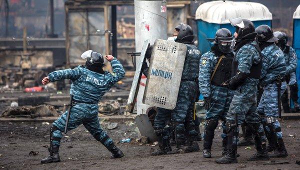 Сотрудники спецподразделения Беркут МВД Украины во время столкновений с митингующими на площади Независимости в Киеве. Архивное фото