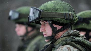 Военнослужащий демонстрируют боевую экипировку Ратник