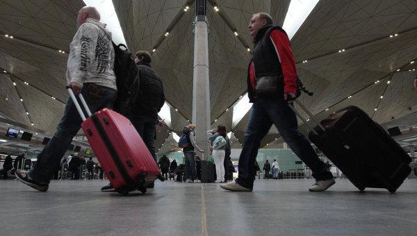 Туристы в аэропорту, архивное фото