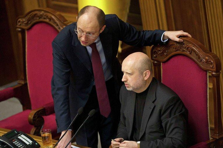 Александр Турчинов и Арсений Яценюк (слева) во время сессии парламента в Киеве