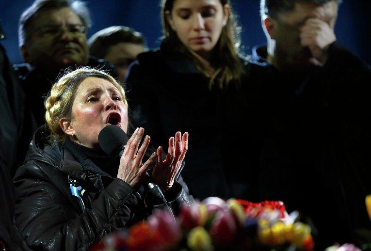 Бывший премьер-министр Украины Юлия Тимошенко, освобожденная из тюремного заключения, во время выступления перед сторонниками оппозиции на площади Независимости в Киеве