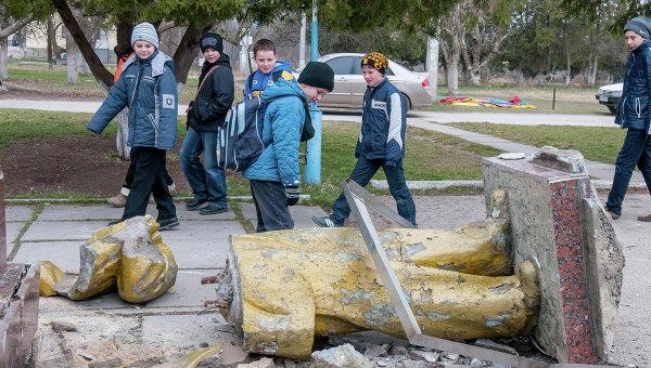 Неизвестные свалили с пьедестала памятник Ленину в поселке Зуя Белогорского района Крыма. Архивное фото