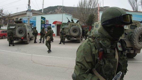 Военные у пограничной части Севастопольского отряда морской охраны Государственной пограничной службы Украины в Севастополе