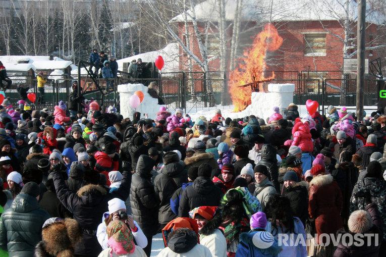 Празднование Масленицы в Томске на стадионе Политехник