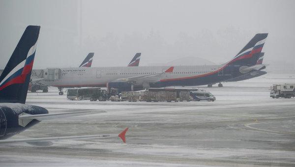 Самолеты авиакомпании Аэрофлот на взлетно-посадочной полосе . Архивное фото.