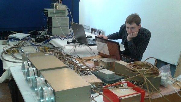 Ученые за проверкой аппаратуры Рэлек для будущего малого научного аппарата МКА-ФКИ ПН2. Архивное фото