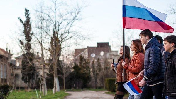 Участники митинга в поддержку России на центральной площади Евпатории.