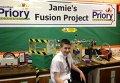Джейми Эдвардс на фоне собранного им термоядерного реактора
