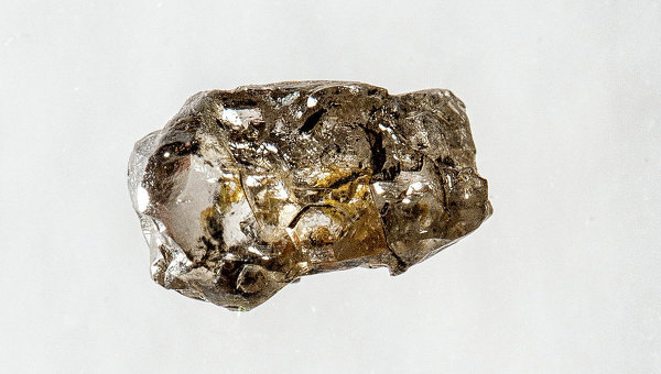 Алмаз, содержащий рингвудит, который подтверждает наличие воды в сотнях километров под Землей