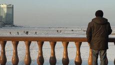 Рыбаки Владивостока гоняются за корюшкой по тающему льду  Амурского залива