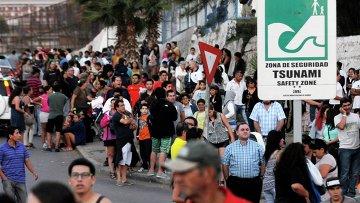Люди в чилийском городе Икике в зоне, защищенной от цунами