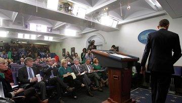 Президент США Барак Обама после разговора с журналистами о кризисе в Украине