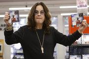 Британский рок-певец Оззи Осборн в магазине
