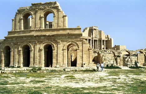 Развалины древнеримского амфитеатра в городе Сабрата