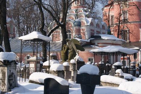 На фото: некрополь Донского монастыря.