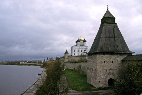 Псковский кремль на берегу реки Великой