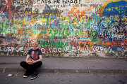 Поклонник музыканта возле стены Цоя на Арбате