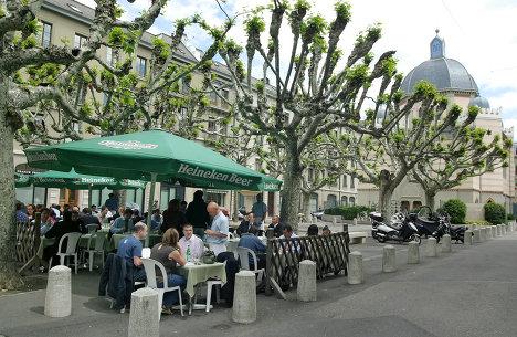 Посетители в летнем кафе в Женеве