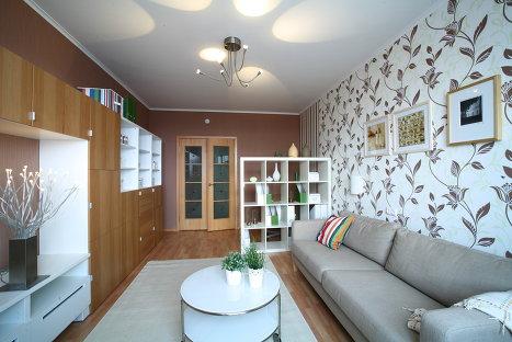 Дизайн квартиры в новостройке, комната с одной более темной стеной