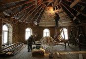 Пенсионеры Толстоуховы строят дом из соломы в Алтайском крае