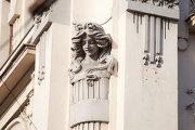 Улица Покровка, дом 19, женские и мужские головы.