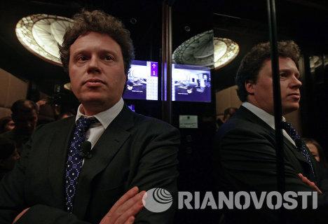 Сергей Полонский водит экскурсию по башне Федерация
