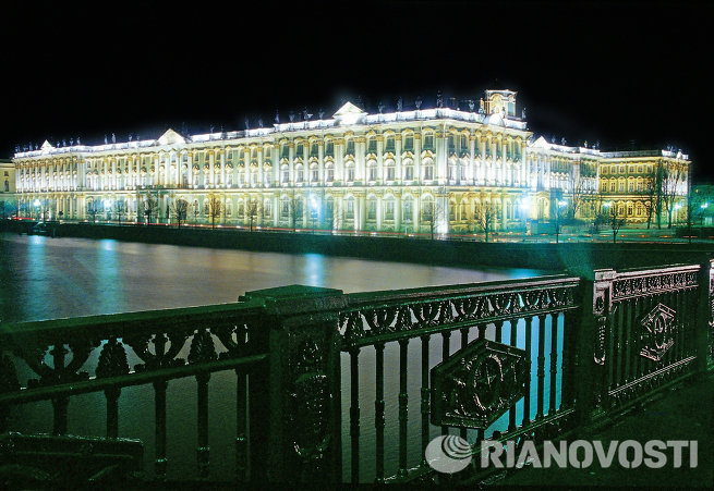 Здание Государственного Эрмитажа в Санкт-Петербурге вечером